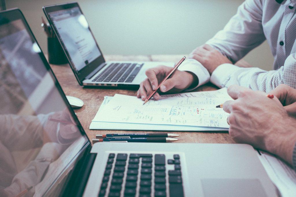 Ein Makler berät seinen Kunden: In Sachen Honorarvereinbarungen lohnt es sich, noch einmal zu prüfen.