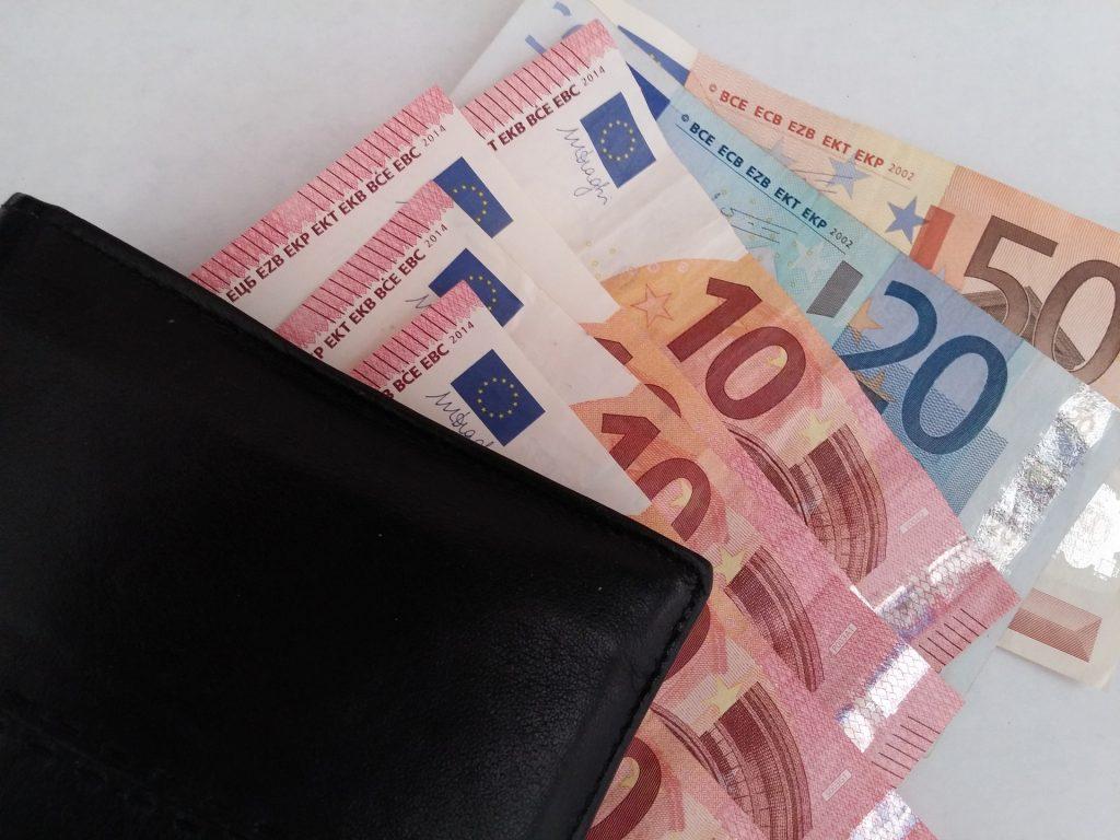 Bei einem Bruttoeinkommen von knapp 2.000 Euro zahlen Alleinstehende gut 46 Prozent Steuern und Sozialabgaben.