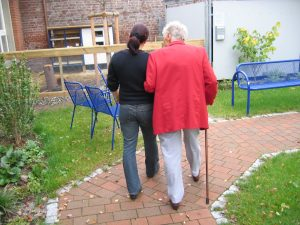 Ehefrau wegen zu teurer Pflege nach Hause geholt