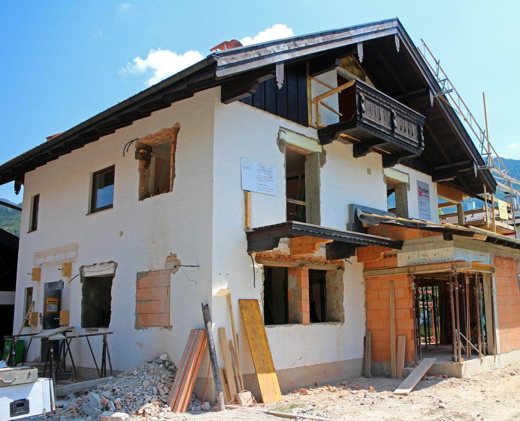 Immobilienbesitzer, die ihr Haus selbst bauen oder bauen lassen, sollten zusätzlich zur Wohngebäude- und Elementarschadenversicherung zwei weitere Versicherungen abschließen.