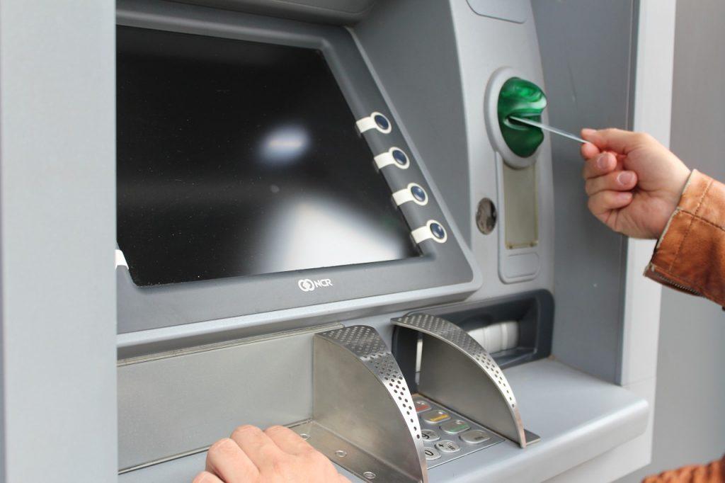 Verbraucherschützer gehen gerichtlich gegen Kreditinstitute vor, die Gebühren fürs Geldabheben am Automaten erheben.