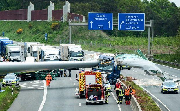 Das 62 Meter lange Windradflügel erstreckt sich nach einem Unfall auf der Autobahn 33 bei Bielefeld über beide Fahrbahnen. © dpa/picture alliance