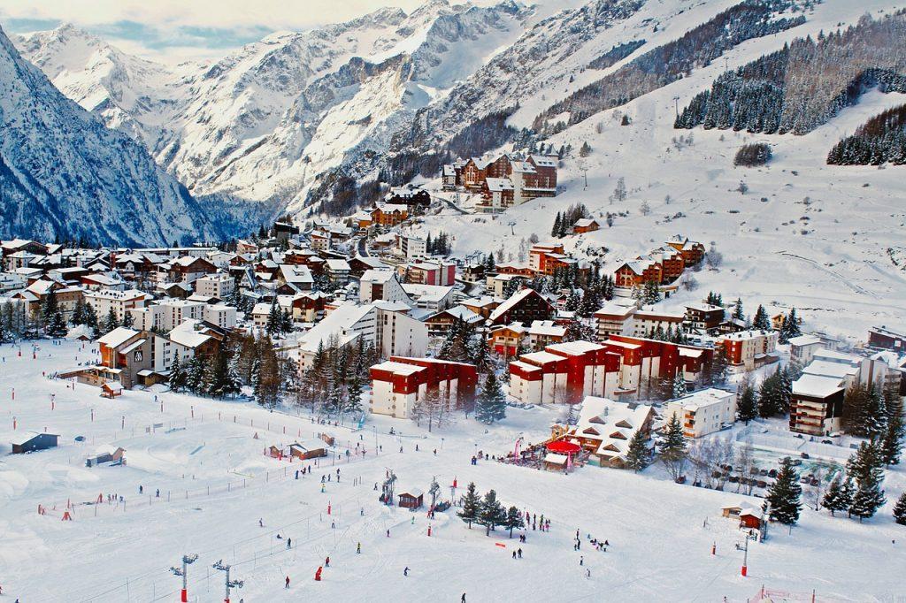 Skisaison in den Alpen eröffnet, gut versichert die Piste hinunter