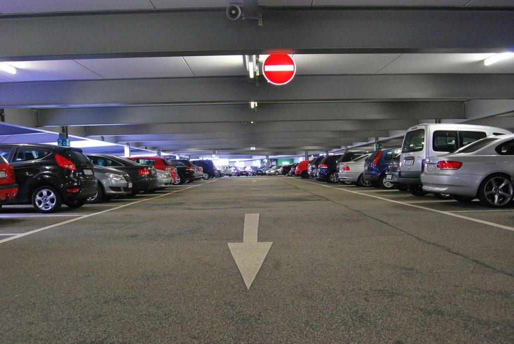Autos im Parkhaus: Auch in einer vermeintlich sicheren Atmosphäre gibt es Diebstähle
