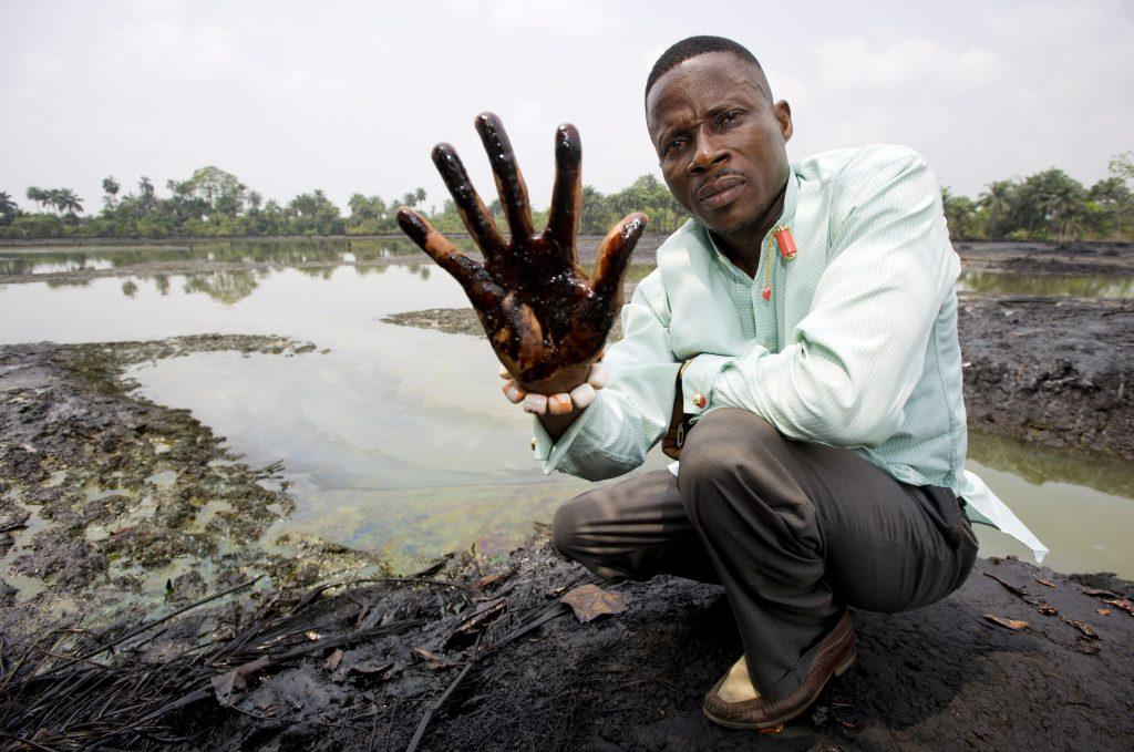 Eric Dooh zeigt Folgen der Ölverschmutzung durch Shell im Nigerdelta © Marten van Dij, Milieu Defensie