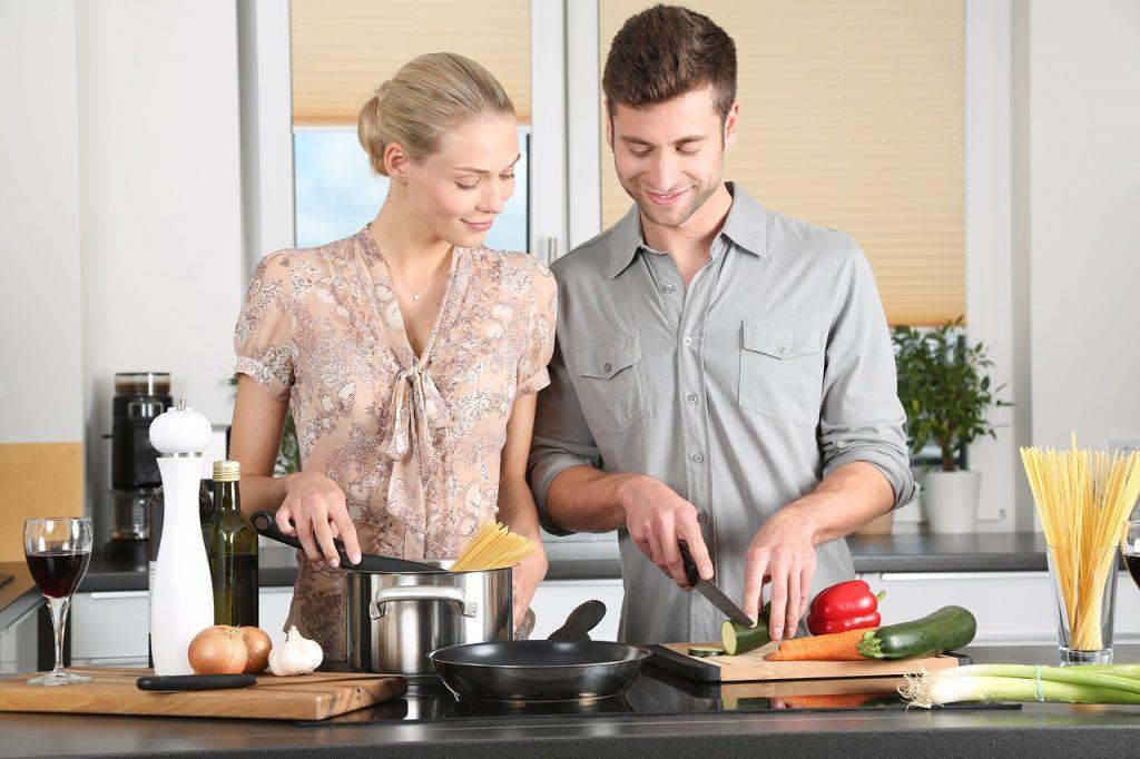 Edle Küche, wenig Kunst, jetzt Hausratversicherung prüfen