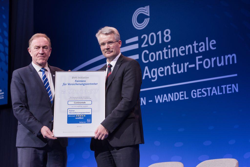 BVK-Präsident Michael H. Heinz (l.) bei der Übergabe des Fairness-Siegels an Falko Struve, Vorstand Vertriebspartnerbetreuung der Continentale.