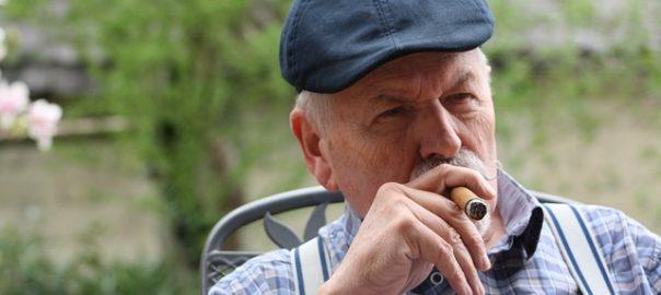 Bei älteren Menschen komme es öfter vor, dass sie Opfer von Finanzbetrügern werden, zeigt eine aktuelle Studie.