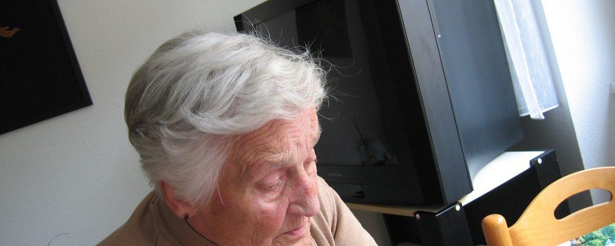 Jeder zweite Deutsche hat Angst davor, im Alter auf Pflege angewiesen zu sein. Bei Frauen ist die Furcht vor Pflegebedürftigkeit jedoch deutlich ausgeprägter als bei Männern.