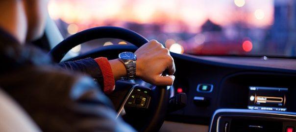 Gelockt mit einem kostenlosen Fahrtraining unterschrieben minderjährige Fahrschüler in ihrer Fahrschule