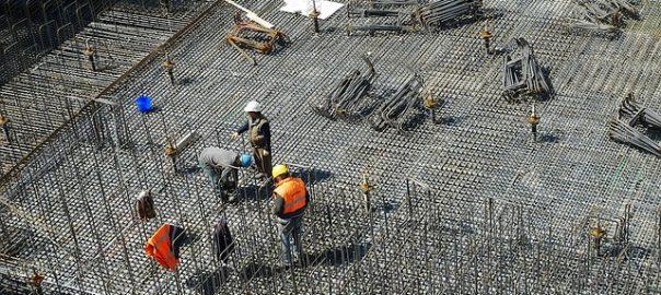 Bau-Unternehmer, Abbruchbetriebe, Straßenbauer & Co. sind vielfältigen Risiken ausgesetzt.
