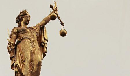 Eine Kündigungsklausel des Unternehmens erklärte das Oberlandesgericht Karlsruhe für unwirksam.