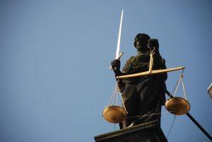 Testamentarische Bezugsberechtigte gehen vor gesetzliche Erben
