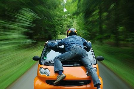 Retter erhält 70 Prozent Mitschuld weil er rollendes Auto stoppen wollte