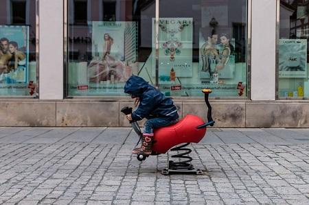 Richten Kinder unter zehn Jahren im Verkehr Schäden an, zahlt die Privathaftpflichtversicherung in der Regel nicht.
