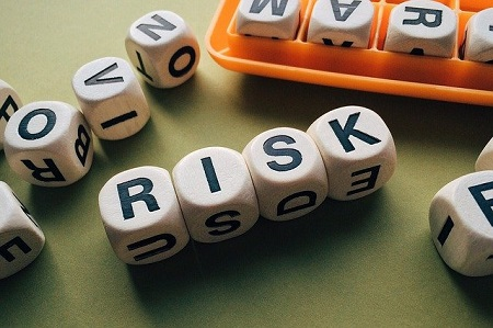 Wer Angehörige finanziell absichern möchte, sollte eine Risikolebensversicherung abschließen.
