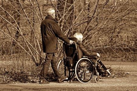 ARAG Experten über Kosten für Angehörige und Pflegebedürftige